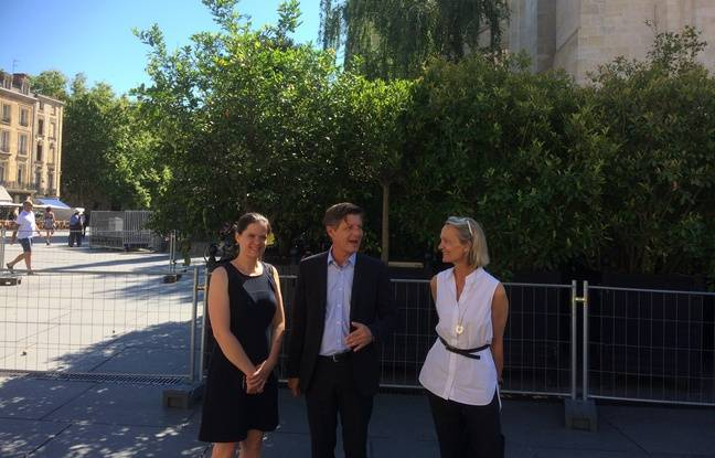 Le maire de Bordeaux, entourée de deux adjointes Magali Fronzes (à gauche) et Anne Walryck.