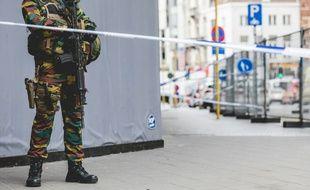 Un soldat dans le centre de Bruxelles près d'un périmètre de sécurité lors d'une intervention contre un suspect, le 20 juillet 2016