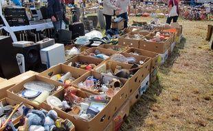 Les vide-greniers permettent aux particuliers de se débarrasser des affaires qu'ils n'utilisent plus.