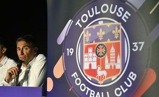 Le président Olivier Sadran à côté du nouveau logo du TFC, le 25 juin 2018 à Toulouse.
