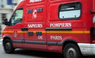 Une femme d'une vingtaine d'années, qui dit avoir passé dix jours coincée dans un pilier de l'autoroute A86 à Saint-Denis (Seine-Saint-Denis) après une chute, a été secourue samedi par les pompiers de Paris.