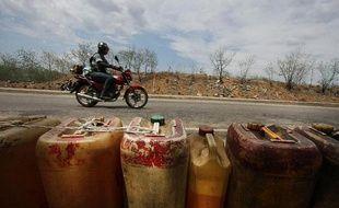 Des bidons d'essence à la vente le long d'une route dans l'Etat de Tachira, au Venezuela, près de la frontière colombienne, le 23 mai 2014
