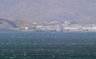La côte ouest de la Corée du Nord vue depuis l'île de Yeonpyeong sous contrôle de la Corée du sud, le 14 avril 2013