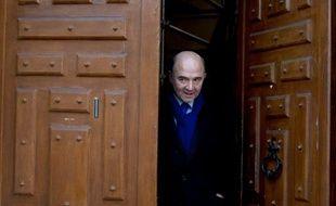 """Pierre Moscovici (PS) juge que """"l'alternance passe par François Hollande"""", et critique à la fois François Bayrou (MoDem), aux positions """"plus à droite qu'en 2007"""", et Jean-Luc Mélenchon (Front de gauche), adepte des """"caricatures"""", dans un entretien au Parisien dimanche."""