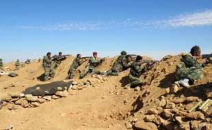 Des soldats syriens tiennent leurs posititons dans la région de Raqa en Syrié le 19 février 2016