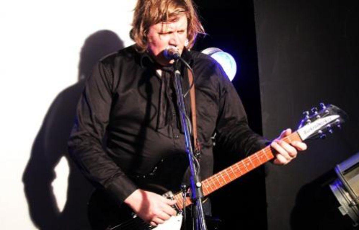 Le chanteur Rover, en prestation acoustique à CanalChat – D.R.