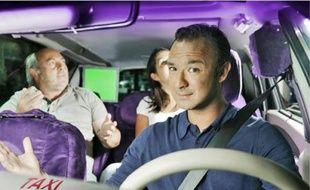 Alexandre Devoise joue les animateurs dans son beau taxi tout mauve.