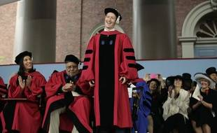 Mark Zuckerberg reçoit son diplôme de droit à Harvard