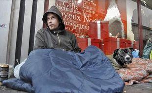 Michal, 27 ans, et son chien Schnaps passeront la nuit du 25 décembre dehors.