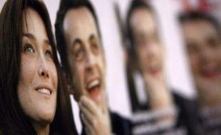 """Carla Bruni indique qu'elle n'accompagnera pas Nicolas Sarkozy pour sa visite d'Etat en Inde expliquant qu'elle n'est """"pas encore mariée"""" au président de la République, dans des propos au quotidien Libération publiés mardi."""