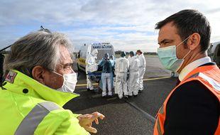 Le ministre de la Santé Olivier Véran s'est rendu ce 16 novembre à l'aéroport de Lyon-Bron pour assister à des transports sanitaires de malades du Covid-19.