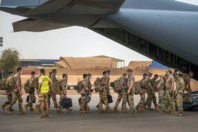 La France a suspendu les opérations militaires Barkhane conjointes avec les forces maliennes jusqu'à ce que la junte dirigée par le colonel Assimi Goita, qui a repris le contrôle du gouvernement de transition du Mali le 24 mai, se conforme aux demandes internationales de rétablir un régime civil.