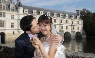 Des mariés chinois devant le château de Chenonceau, près de Tours, le 9 octobre 2007.
