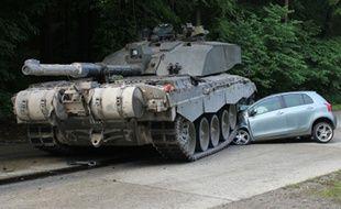Un tank de l'armée britannique écrase une voiture dans la région de Lippe, en Allemagne, le 1er juin 2015.