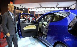 Vincent Bolloré présente la Blue Car 2010, voiture électrique, au Mondial de l'automobile à Paris, le 5 octobre 2010.