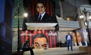 Son retour était très attendu dans un pays où les médias célèbrent l'armée qui a destitué le président islamiste Mohamed Morsi: pour sa première émission après quatre mois d'absence, le satiriste Bassem Youssef a de nouveau déchaîné les passions.