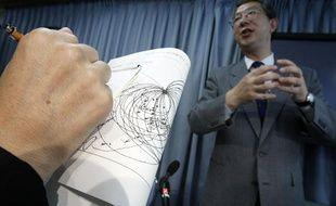 Le directeur de l'agence japonaise d'observation des séismes et tsunamis s'exprime après que la Corée du Nord a annoncé avoir effectué un nouvel essai nucléaire souterrain, le 25 mai 2009, à Tokyo.