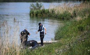 Gendarmes Français et policiers Allemands à la recherche de la fillette de 4 ans tombée dans le Rhin, le 31 mai 2019. (FREDERICK FLORIN / AFP)
