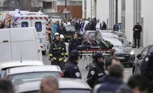 Des pompiers devant le siège de Charlie Hebdo le 7 janvier 2015 à Paris