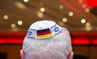 Francfort sur le Main (Allemagne), le 10 juin 2014. Un homme porte une kippa flanquée du drapeau allemand pour dénoncer la hausse des actes antisémites.