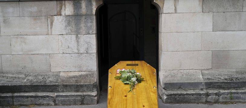 Illustration d'un cercueil devant un crématorium.