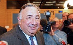 L'ex-ministre Gérard Larcher a remporté brillamment mercredi la primaire du groupe UMP pour la présidence du Sénat, balayant Jean-Pierre Raffarin, et il devrait donc, sauf coup de théâtre, accéder le 1er octobre à ce poste très convoité.