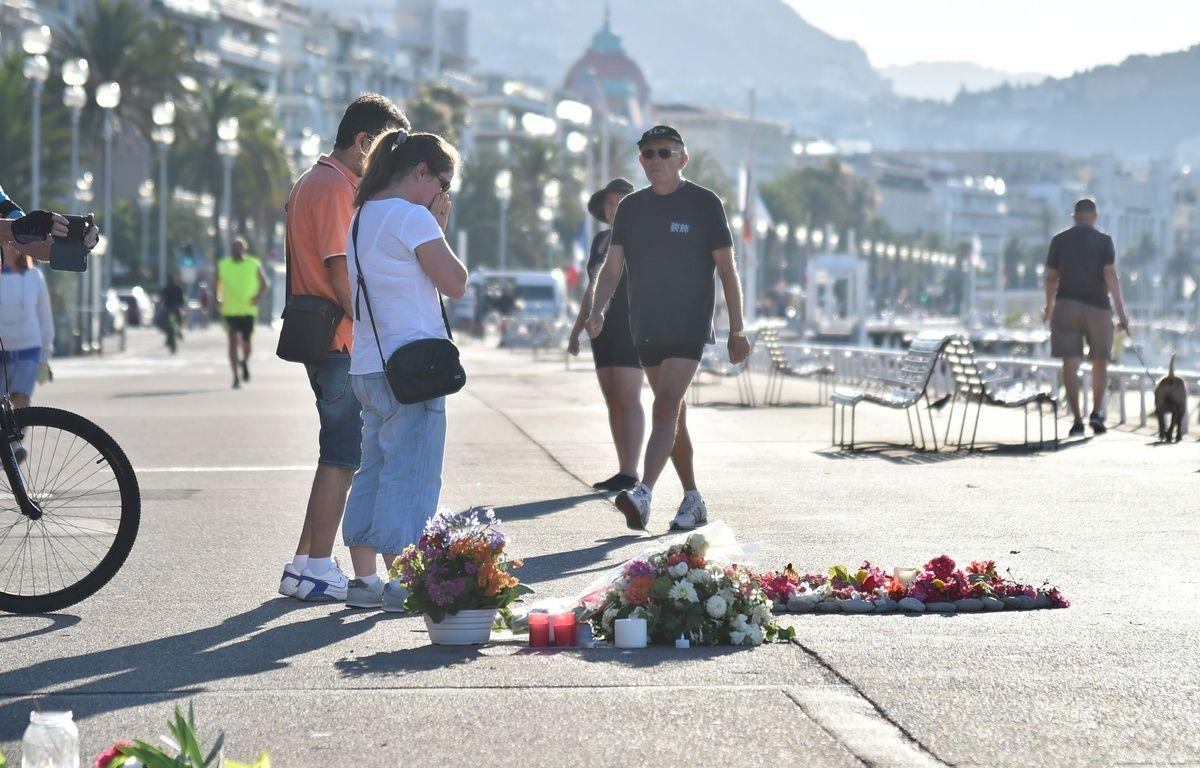 Sur la promenade des anglais, les gestes de recueillement se poursuivent, le 17 juillet 2016 à Nice. – LIONEL URMAN/SIPA