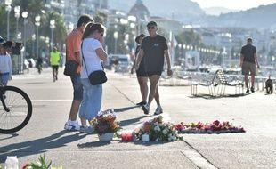 Sur la promenade des anglais, les gestes de recueillement se poursuivent, le 17 juillet 2016 à Nice.