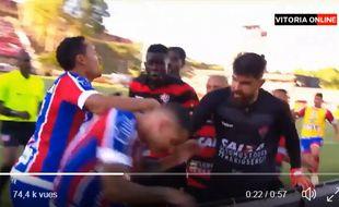 Une bagarre générale éclate lors d'un match de foot régional au Brésil.