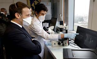 Emmanuel Macron en visite à l'Institut Gustave Roussy, spécialisé dans la lutte contre le cancer, le 4 février 2021.
