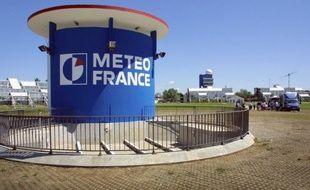Météo France a lancé dimanche en fin d'après-midi un avis de très fortes vagues et une élévation temporaire du niveau de la mer pouvant submerger certaines parties du littoral girondin de lundi après-midi à mercredi matin, a annoncé la préfecture dans un communiqué.