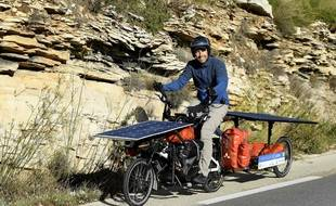 Jérôme Zindy et son fameux vélo doté de panneaux solaires.