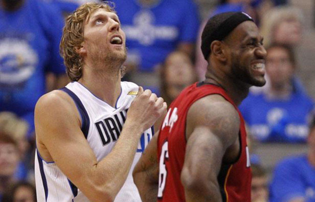 Dirk Nowitzki des Dallas Mavericks (à gauche) et LeBron James des Miami Heat, le 8 juin 2011, lors du match 4 de la finale NBA. – L.NICHOLSON/REUTERS