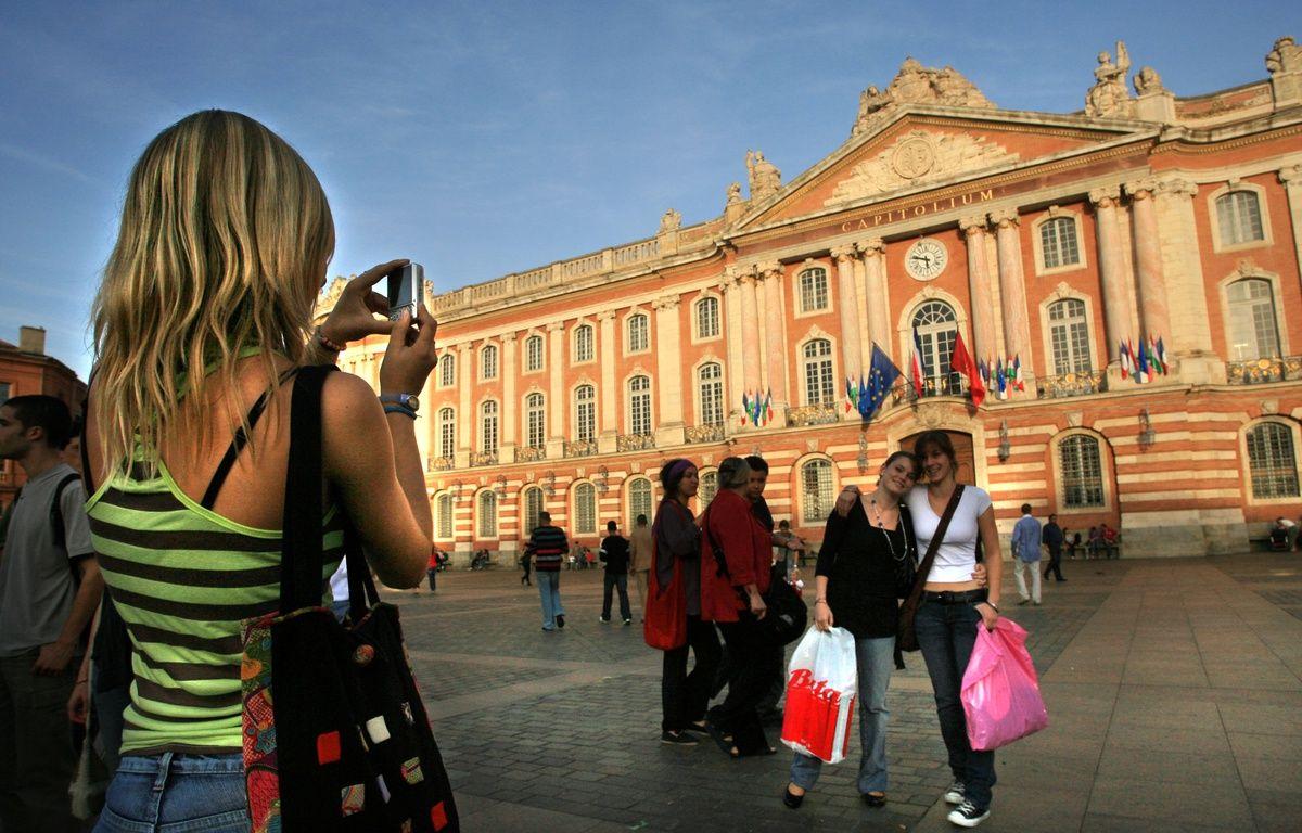 Des touristes sur la place du Capitole de Toulouse. – Alexandre GELEBART/20MINUTES