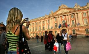 Des touristes sur la place du Capitole de Toulouse.