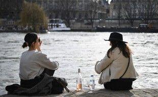 Deux personnes sur les bords de Seine à Paris, le 20 février 2021.