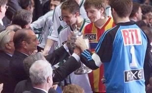 Le capitaine de Calais, Réginald Becque, reçoit la Coupe de France 2000 en compagnie de Mickaël Landreau (FC Nantes) de la main de Jacques Chirac, président de la République.