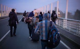 Des migrants mineurs se rendent vers la «jungle» de Calais, en octobre 2016.