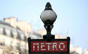 L'enseigne d'une bouche du métro parisien