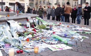 Objets déposés place Royale en hommage aux victimes des attentats parisiens.