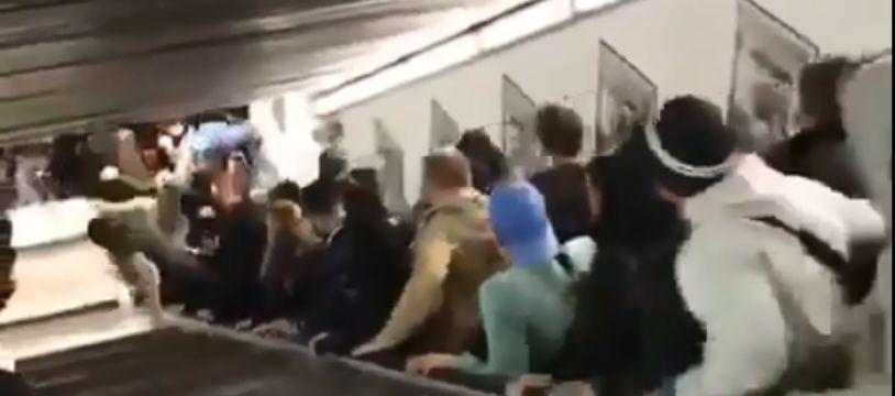 L'escalator fou a accéléré avant de s'arrêter brutalement