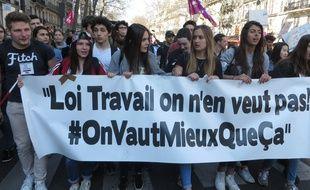 Lycéens et étudiants manifestent contre le projet de loi El Khomri, le 17 mars 2016 à Paris.