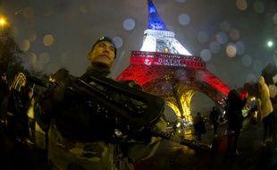 Un soldat français en patrouille au pied de la tour Eiffel à Paris, le 17 novembre 2015