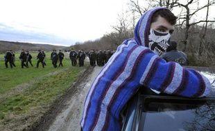 Des gendarmes français bloquent une route à Lisle-sur-Tarn menant au site du barrage de Sivens occupé par des Zadistes le 4 mars 2015
