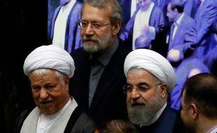 L'ancien président l' Ayatollah Akbar Hashemi Rafsanjani, le président du Parlement Ali Larijani et le président  Hasan Rouhani le 28 mai 2016 au Parlement à Téhéran