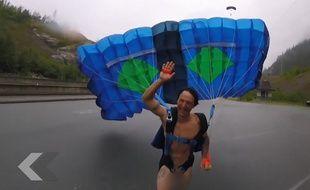 Il saute en parachute complètement nu - Le Rewind (vidéo)