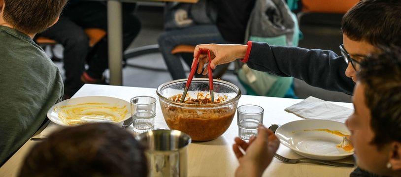 Des enfants mangent un plat végétarien dans une école de Saint-Denis-D'Oléron, le 22 février.