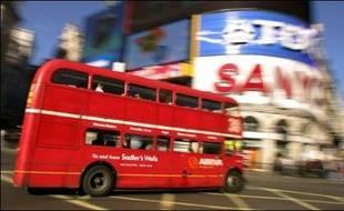 Scotland Yard a annoncé vendredi avoir découvert et neutralisé dans la nuit un engin explosif dans une voiture garée à Haymarket, près de Picadilly Circus, dans le centre de Londres.