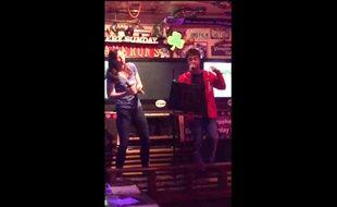 Daniel Radcliffe et sa petite copine en karaoké.
