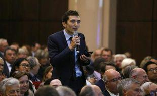 Le maire Front national de Beaucaire Julien Sanchez pose des questions aux membres du gouvernement pendant une réunion d'information sur l'accueil des réfugiés le 12 septembre 2015